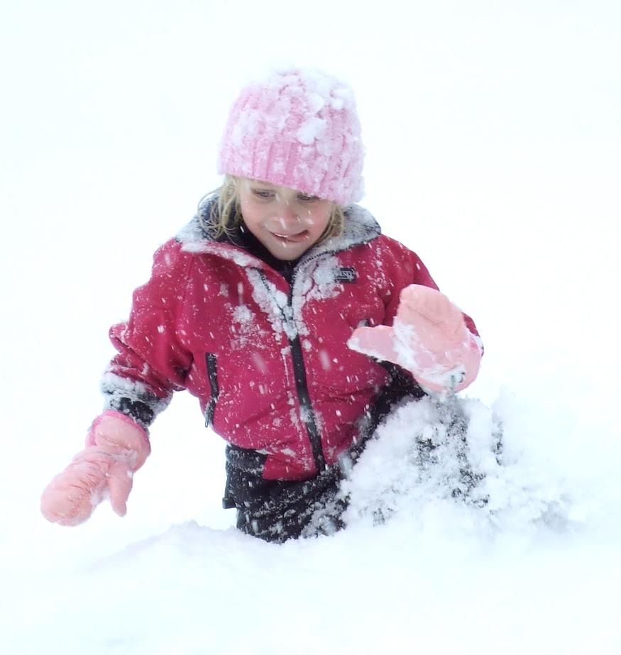 ребёнок в снегу смеётся