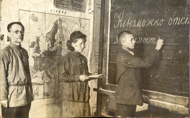 Послереволюционная школа_ Ученик у доски
